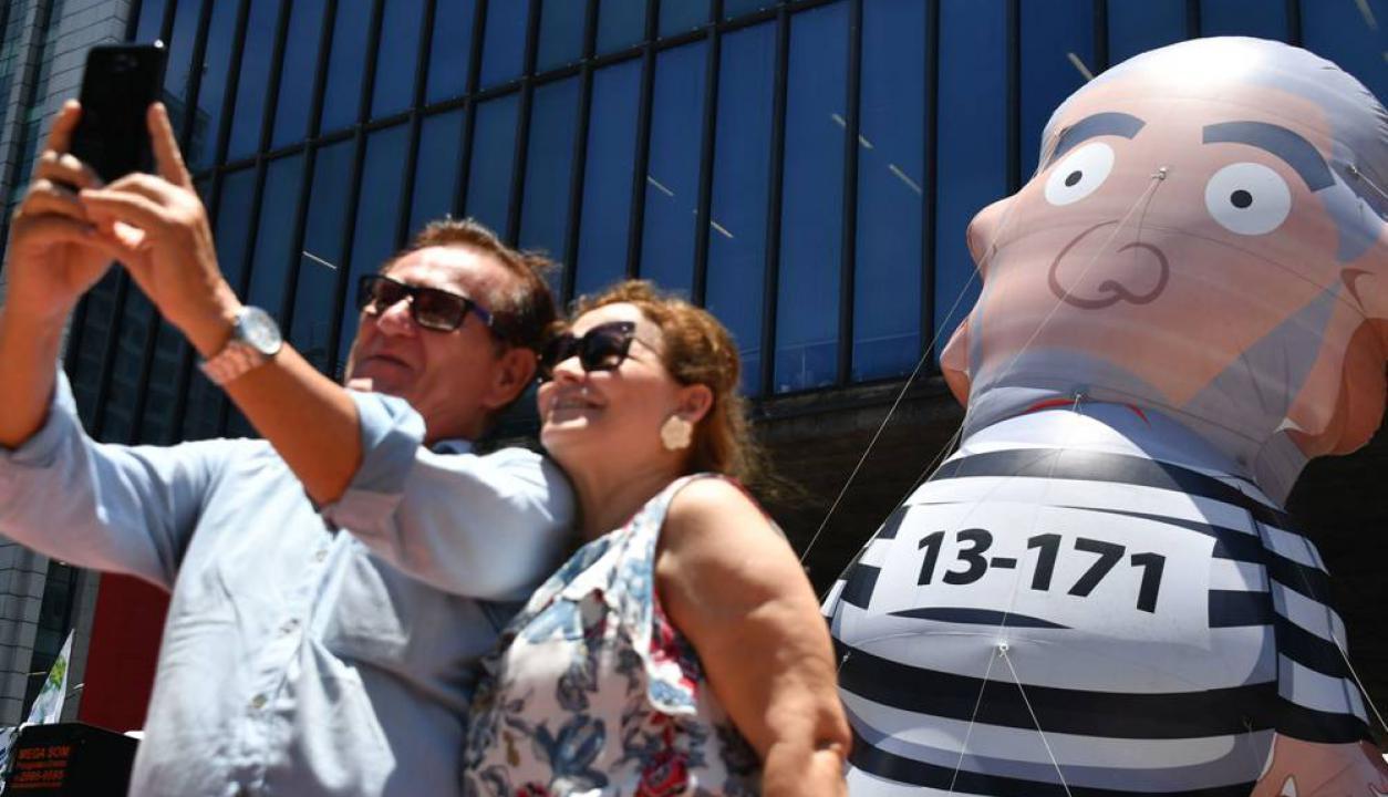 """""""Pixuleco"""" le llaman a este muñeco inflable que ha sido común en las movilizaciones que apoyan la condena a Lula. Foto: AFP"""