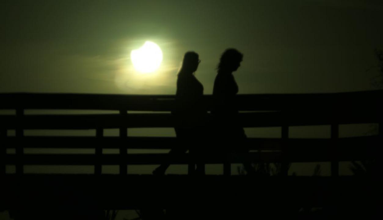 Así se ve el eclipse parcial solar desde Uruguay. Foto: Ricardo Figueredo
