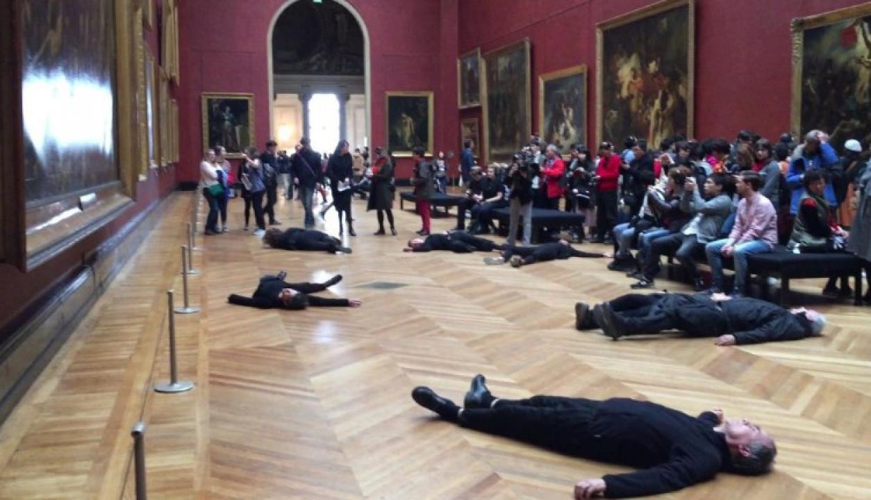 Activistas protestaron en el Museo Louvre contra una petrolera. Foto: AFP