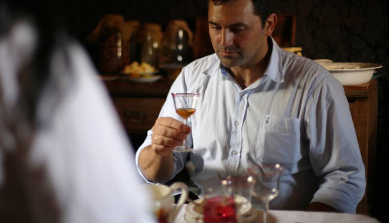 Nilson Viazzo siendo jurado del concurso de comidas de la Patria Gaucha. Foto: M. Vázquez/F. Bartaburu