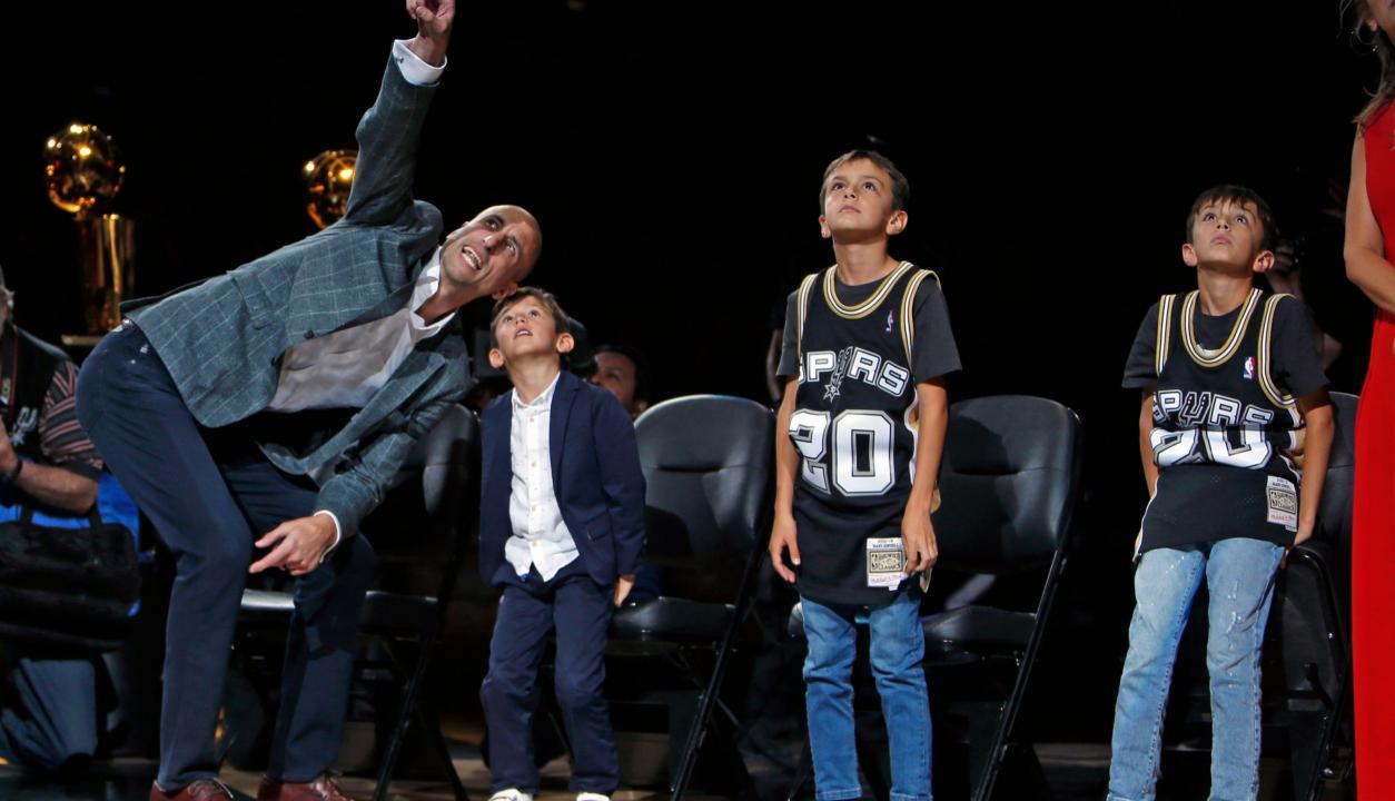 El retiro de la camiseta de Emanuel Ginóbili en San Antonio Spurs. Foto: AFP.