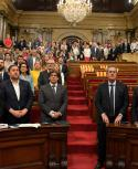 El presidente de Cataluña (cuarto desde la izq.) junto al vice Oriol Junqueras lideran la secesión junto a grupos izquierdistas. Foto: AFP