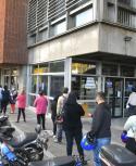 Gente haciendo fila en el BPS. Foto: Leonardo Mainé