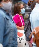 Una mujer usando una mascarilla en las calles de Nueva York. Foto: AFP