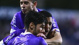 Facundo Castro y Ayrton Cougo abrazando a Carlos Benavidez en el gol de Defensor. Foto: Fernando Ponzetto