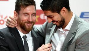 El abrazo entre Lionel Messi y Luis Suárez en la Bota de Oro. Foto: AFP