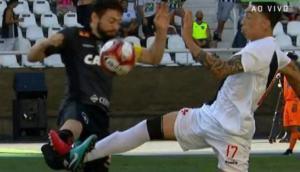 Rildo le metió un planchazo a Joao Paulo y le fracturó la pierna derecha