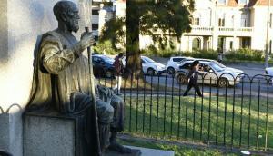 Tres Cruces: es de bronce y está ubicada en la Plaza de la Democracia. Foto: D. Borrelli