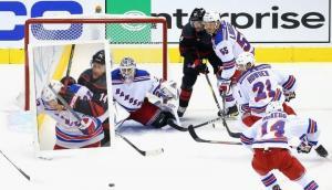 De hockey a boxeo: la salvaje pelea entre dos jugadores en la NHL que festejaron en redes. Foto: AFP