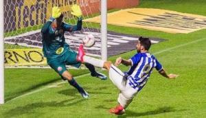 Gastón Rodríguez define para poner el 1-0 de Avaí.