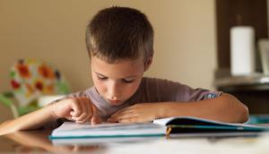 Los niños no solo pasan el tiempo detrás de las pantallas sino que siguen leyendo por placer.