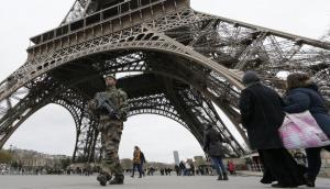 Un soldado patrulla sobre la Torre Eiffel, principal punto turístico de París. Foto: Reuters.