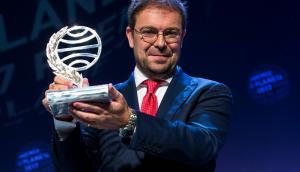 Javier Sierra posa luego de recibir el Premio Planeta 2017. Foto: AFP