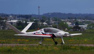 El piloto argentino que diseñó y construyó la aeronave, arribó ayer a El Jagüel proveniente desde Brasil. Foto: R. Figueredo