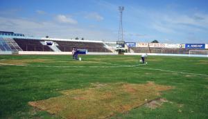 Parches de pasto en el Estadio Luis Tróccoli antes de comenzar un partido de Cerro. Foto: F. Ponzetto