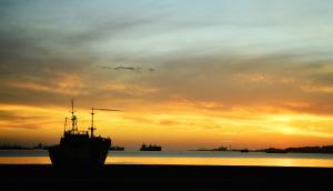 Vista de atardecer en la Bahía de Montevideo, en el barrio Bella Vista. Foto: Gerardo Pérez