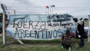 Mensajes de apoyo para los tripulantes del submarino. Foto: AFP.