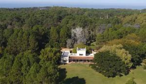 La propiedad tiene 10 dormitorios, 18 camas y 9 baños. Piden un alquiler de US$ 10.000 por día. Foto: Airbnb