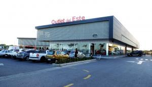 La inauguración del primer Outlet Center de Maldonado contó con múltiples propuestas para los turistas. Foto: Ricardo Figueredo