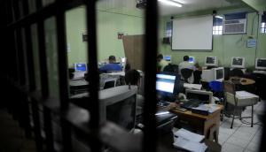 Reclusos: buena parte que no saben leer y escribir reclaman acceso a la educación. Foto: AFP