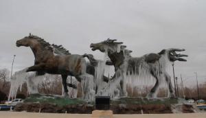 Las bajas temperaturas del hemisferio norte congelan estatuas en México