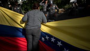 Protestas cerca de la morgue en la que creen que se encuentra el cuerpo de Óscar Pérez. Foto: EFE