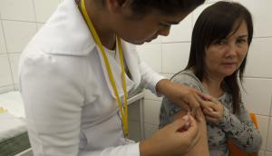 La dosis es por única vez y demora diez días en comenzar su efecto inmunizante. Foto: EFE