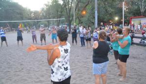 El grupo de adultos mayores de Durazno va a la playa a entrenarse tres veces por semana. Foto: Víctor Rodríguez