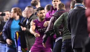 Sergio Agüero a los manotazos contra un hincha del Wigan