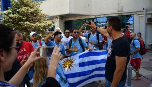 Hinchas uruguayos esperan a la Selección en el hotel en Rostov. Foto: Nicolás Pereyra