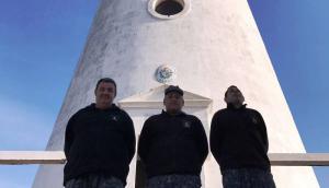 Los tres miembros de la Armada Nacional que cuidan el faro de Isla de Flores. Foto: Mateo Vázquez