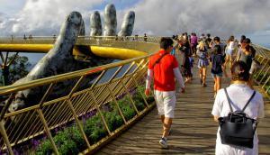 En manos de Dioses, el impactante puente dorado en Vietnam. Foto: AFP