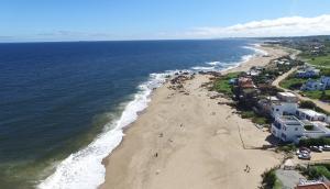 Punta Piedras, la playa que esconde el lujo de los famosos