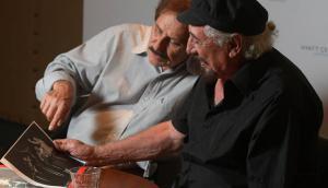 Pepe Guerra y Braulio López, de Los Olimareños, observan una foto. Foto: Leonardo Mainé.