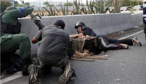 Militares opositores al régimen de Nicolás Maduro en los enfrentamientos cerca de La Carlota. Foto: Reuters.