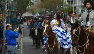La Sociedad Criolla Elías Regules en desfile por 18 de julio. Foto: Fernando Ponzetto