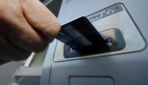 Retiro de dinero en cajero automático. Foto: Archivo El País