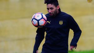 Jonathan Urretaviscaya se sumó a los entrenamientos de Peñarol. Foto: @OficialCAP.