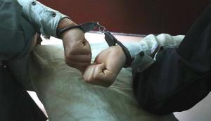 Delincuente es llevado esposado por Policías. Foto: Archivo El País