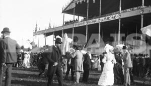 Galeras y vestidos largos ante el antiguo palco, a comienzos del siglo XX. Foto: Archivo El País