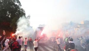 Los hinchas de Universitario acompañando el ómnibus de los jugadores. Foto: GEC.