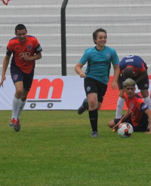 Campelo se muestra divertido, superando a los defensas en una de las tomas que se realizó para Mi Mundial. Foto: Ariel Colmegna.