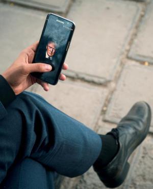 Donald Trump en la pantalla de un celular. Foto: Reuters