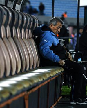 -El Maestro Tabares antes del comienzo del partido ante Bolivia en el Estadio