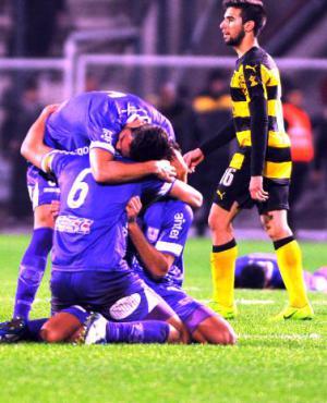 Festejo histórico: final del partido y los violetas celebran haber vencido a Peñarol 3-2 luego de jugar varios minutos 9 contra 11. Fue el 8 de julio.
