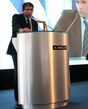 Ante cientos de personas, el entonces presidente de Ancap hablaba de la mejoras obtenidas. Foto: Archivo El País