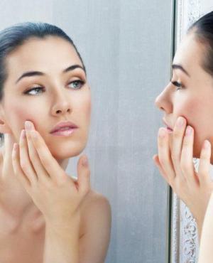 Mujer cuidando su piel. Foto: EME