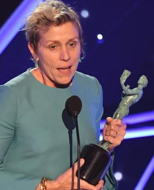 Frances McDormand recibe el premio a mejor actriz en los SAG Awards 2018. Foto: AFP