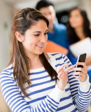 Jóvenes con celular. Foto: Shutterstock