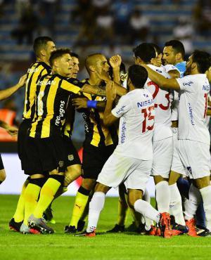 Clásico picante. Discusiones entre jugadores de Nacional y de Peñarol. Foto: Gerardo Pérez